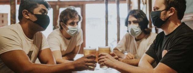 Австралийцам запретили пить пиво без маски